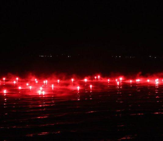 fuoco rosso sull'acqua