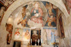 Gli affreschi sulle pareti dell'Eremo