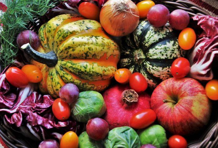 Dona alla Caritas la frutta e la verdura invenduta
