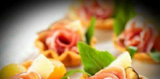 Tartellette con prosciutto, melone e fichi